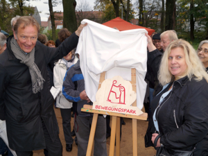 Uwe Bodemann und Marion Diener enthüllen das Info-Schild des Bewegungsparks in Stöcken