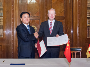 Hannover's Lord Mayor Stefan Schostok and Yunwei Xue, Deputy Mayor of Zhengzhou