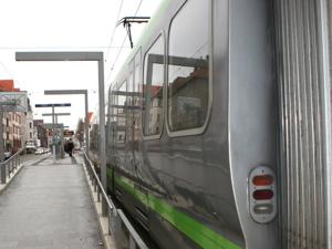 Stadtbahn hält an einem Hochbahnsteig