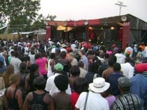 Beim Blantyre Arts Festival haben sich viele Menschen vor der Bühne versammelt