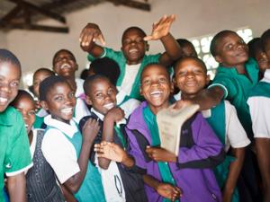 Schülerinnen und Schüler in einem Klassenraum in Malawi