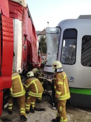 Die Stadtbahn prallte hinter dem LKW Führerhaus auf den 600 Liter fassenden Dieseltank des LKW. Der Tank wurde durch den Aufprall komplett aufgerissen und ca. 500 Liter Diesel liefen aus. Durch die Wucht des Unfalls entgleisten zusätzlich die ersten Wagen der Stadtbahn.