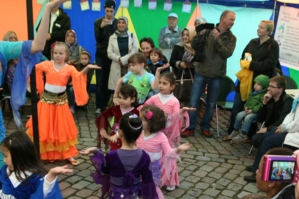Mädchen zwischen vier und elf Jahren führen Bollywood-Tänze in einem bunten Rundzelt auf