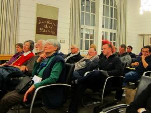 Blick in die voll besetzten Reihen der Zuhörer/innen im Gobelinsaal