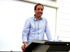 Foto vom Psychologen Dr. Mark Terkessidis während seines Vortrags im Neuen Rathaus in Hannover