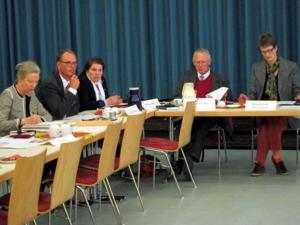 Fünf Personen sitzen nebeneinander an typischen Tagungsraumtischen. Von links: Urte Kempf, Frank Herbert, Melanie Walter, Dezernent Thomas Walter, Ratsfrau Georgia Jeschke (CDU)