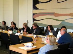 Beratende Mitglieder und die rot-grünen Ausschussfraktionen.