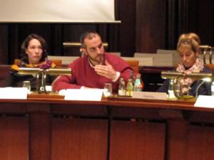 Drei Ratsmitglieder der grünen Fraktion in einer Sitzreihe im Hodlersaal:(Von links nach rechts) Freya Markowis, Belit Onay, Selin Arikoğlu. Belit Onay spricht.