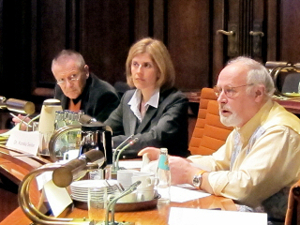 Im Vordergrund rechts Ratsherr WIlfried Engelke, daneben das beratende Mitglied Dr. Koralia Sekler
