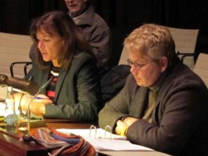 Zwei Frauen sitzen nebeneinander hinter Pulten im Hodlersaal.