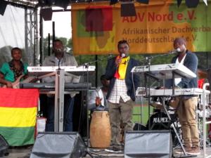 Eine sechsköpfige Band steht auf der Bühne und spielt.