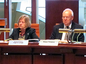 Bürgermeisterin Ingrid Lange und Klaus Timaeus, Leiter des Büros Oberbürgemeister, in der Sitzung des Migrationsausschuss am 13.10.2011