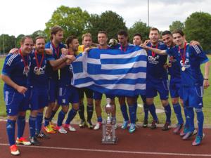 Eine Gruppe junger Männer in blauen Trikos feiert mit Medaillen um den Hals, einer Griechenland-Flagge und einem Silberpokal auf einer Tartanbahn den Sieg beim Internationalen Hannover Cup 2013