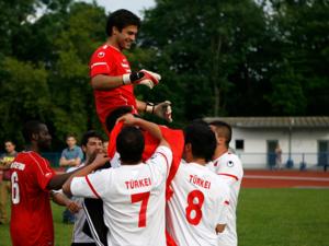 Die türkische Mannschaft feiert ihren Torhüter