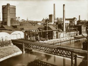 Foto aus den 1930er Jahren eines Gaswerks mit Fabrikschloten