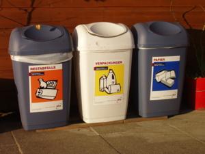 Foto von drei Abfallbehältern zur Abfalltrennung