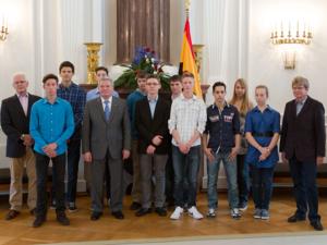 Eine Gruppe junger Menschen zu Gast im Schloss Bellevue bei Bundespräsident Joachim Gauck