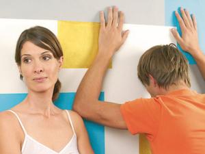 Junge Frau und junger Mann können nicht mehr miteinander reden