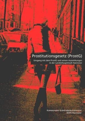 Stark bearbeitetes, in rot getauchtes Foto einer Frau im kurzen Rock von hinten, die einen Bürgersteig entlangläuft