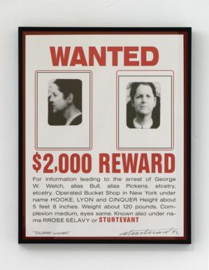 Eine Frau wird auf einem Plakat gesucht. Es gibt eine Belohnung.