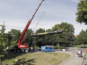 Ein Pipeline-Teilstück wird von einem Kran transportiert.