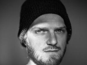 Mann mit Mütze.