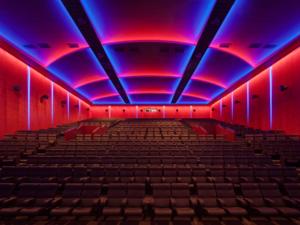 Beleuchteter Kinosaal.