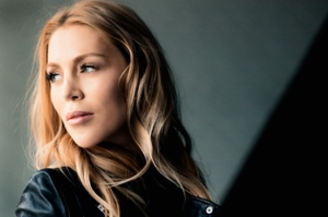 Porträtfoto einer blonden Frau