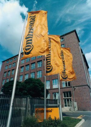 Verwaltungsgebäude Continental AG mit Flaggen