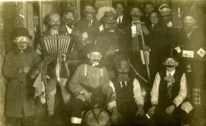 Altes Schwarzweißfoto verkleideter Männer.