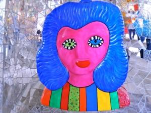 Farbenfrohe Plastik in der Niki de Saint Phalle-Grotte an den Herrenhäuser Gärten von Hannover