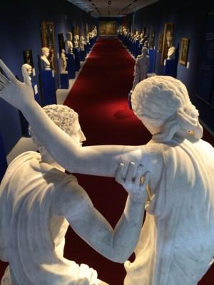 Blick in einen Gang mit Büsten und Statuen an den Seiten