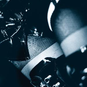 Schwarz-weiss Motiv weibliche Oberschenkel in Strumpfhosen, Lackstiefel, Lackrock