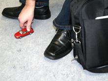 Spielzeugauto und Laptop-Tasche