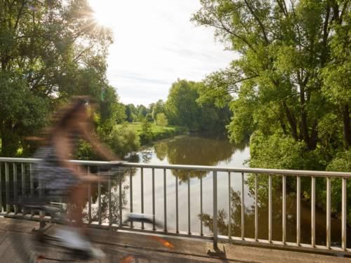 Radfahrerin auf einer Brücke