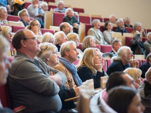 Menschen in einem Hörsaal