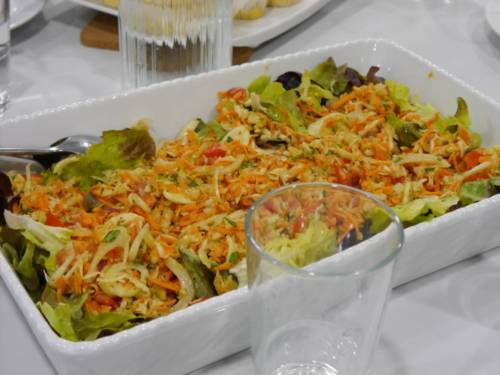 Salat in einer weißen Schale.