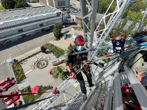 Ein Höhenretter der Feuerwehr Hannover an einem Gebäude in Berlin