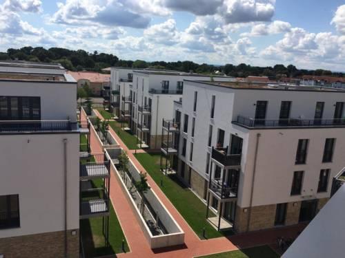 Blick auf mehrere neu gebaute Mehrfamilienhäuser.