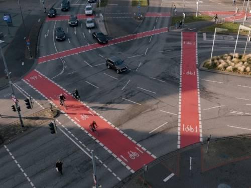 Eine Luftaufnahme des hannoverschen Aegidientorplatzes. Es sind Radfahrende und einige Autos zu sehen.