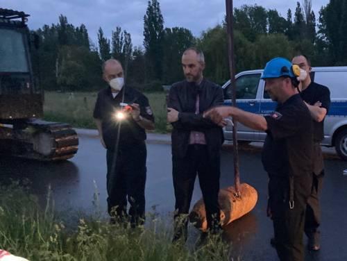 Sprengmeister Marcus Rausch erklärt OB Onay und Feuerwehrchef Rohrberg die Vorgehensweise bei der Bombenenstchärfung