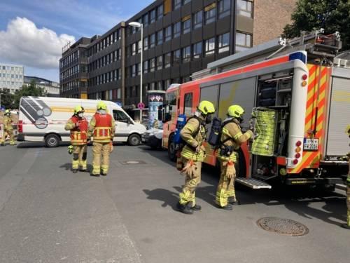 Feuerwehrleute und ein Feuerwehrauto