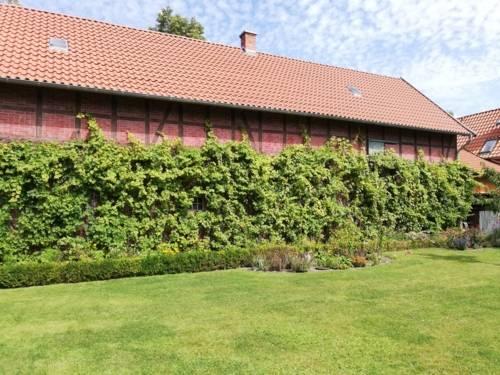 Backsteingebäude mit Rasenfläche