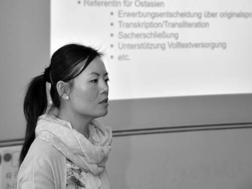 Dozentin Linna Lu hält einen Vortrag.