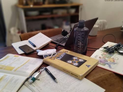 Der Arbeitsplatz im Homeschooling: Häufig gibt es feste Orte, an denen die jeweiligen Aufgaben erledigt werden.