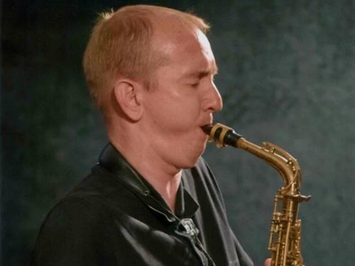 Ein Musiker spielt auf einem Saxophon.