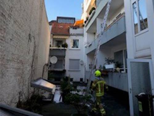 Eine Feuerwehrkraft vor einem Haus