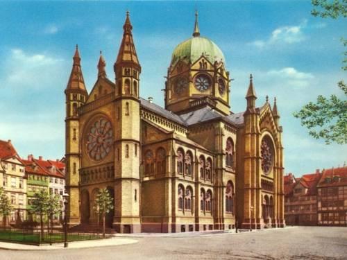 Ehemalige Neue Synagoge in der Roten Reihe (1938: Bergstraße). Die Synagoge wurde in der Pogromnacht von 1938 zerstört. (Kolorierte Postkarte)