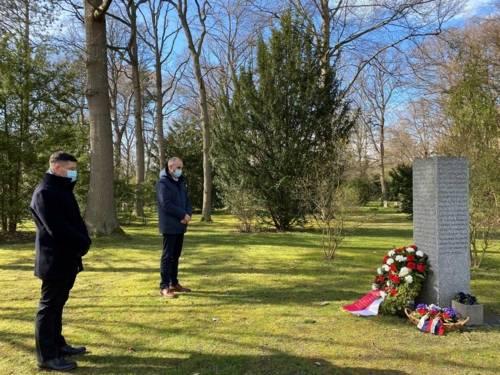 Oberbürgermeister Belit Onay und Sascha Dudzik, Zweiter Bevollmächtigter der IG Metall Hannover, im stillen Gedenken an die 154 ermordeten Kriegsgefangenen und Zwangsarbeiter auf dem Friedhof Seelhorst.