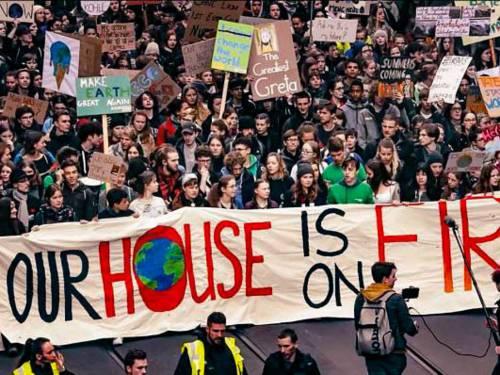 Unzählige demonstrierende Schüler*innen.